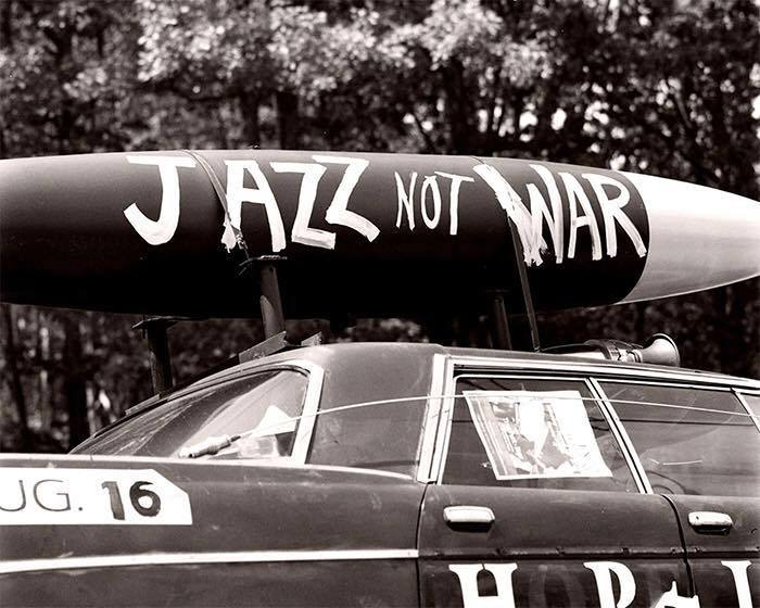 "un cartello recita ""make jazz not war"""