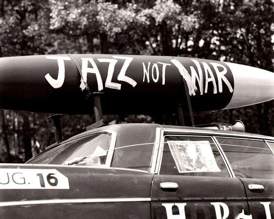 un'auto con la scritta 'make jazz not war'